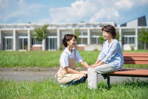 シニア女性と話をする介護士の女性の写真素材 [FYI03457423]