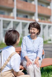 シニア女性と話をする介護士の女性の写真素材 [FYI03457425]