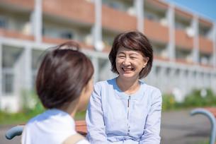 介護士と話をするシニア女性の写真素材 [FYI03457426]