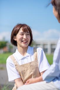 微笑む介護士の女性の写真素材 [FYI03457427]