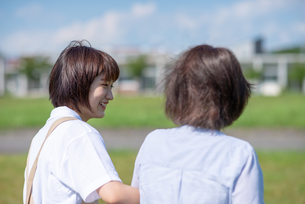 シニア女性を介助する介護士の横顔の写真素材 [FYI03457430]