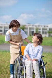 介護士と話をするシニア女性の写真素材 [FYI03457438]
