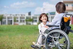 シニア女性を介助する介護士の女性の写真素材 [FYI03457440]