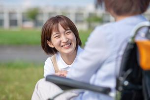 シニア女性を介助する介護士の女性の写真素材 [FYI03457441]