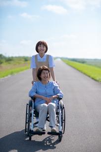 車椅子を押す介護士の女性の写真素材 [FYI03457444]
