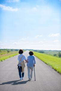 シニア女性の歩行を介助する介護士の写真素材 [FYI03457446]