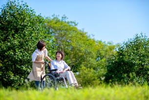介護士と話をするシニア女性の写真素材 [FYI03457452]