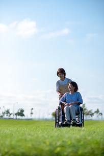 車椅子を押す介護士の女性の写真素材 [FYI03457458]