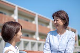 介護士と話をするシニア女性の写真素材 [FYI03457472]