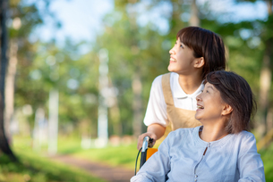 空を見上げるシニア女性と介護士の写真素材 [FYI03457475]
