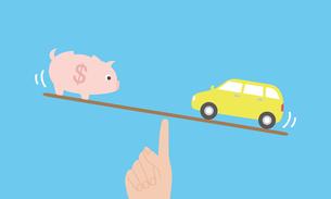 車とお金の天秤イメージのイラスト素材 [FYI03457811]