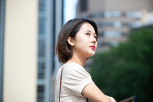 遠くを見ている女性の写真素材 [FYI03457905]