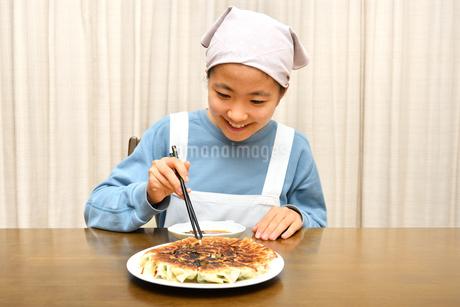 餃子を食べる女の子の写真素材 [FYI03457918]