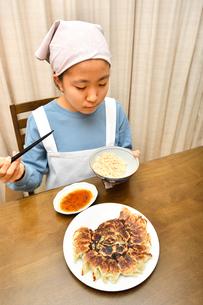 餃子を食べる女の子の写真素材 [FYI03457921]