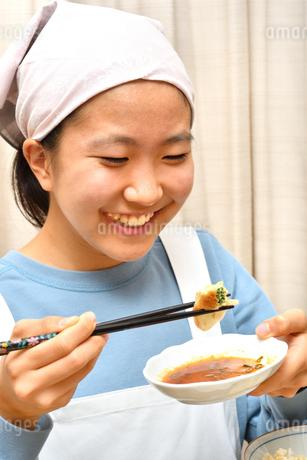 餃子を食べる女の子の写真素材 [FYI03457922]
