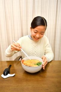 年越しそばを食べる女の子(大晦日)の写真素材 [FYI03457923]