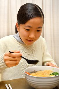 年越しそばを食べる女の子(大晦日)の写真素材 [FYI03457926]