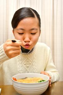 年越しそばを食べる女の子(大晦日)の写真素材 [FYI03457927]