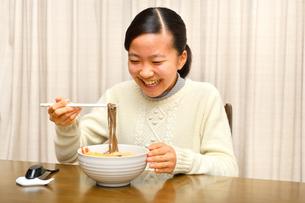 年越しそばを食べる女の子(大晦日)の写真素材 [FYI03457931]