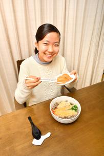 年越しそばを食べる女の子(大晦日)の写真素材 [FYI03457932]