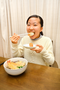 年越しそばを食べる女の子(大晦日)の写真素材 [FYI03457933]