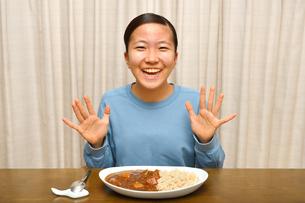 カレーライスを食べる女の子の写真素材 [FYI03457936]