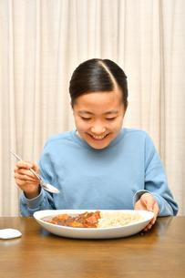カレーライスを食べる女の子の写真素材 [FYI03457938]