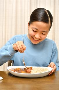 カレーライスを食べる女の子の写真素材 [FYI03457940]