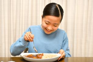 カレーライスを食べる女の子の写真素材 [FYI03457941]