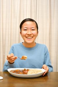 カレーライスを食べる女の子の写真素材 [FYI03457942]