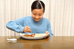 カレーライスを食べる女の子の写真素材 [FYI03457944]
