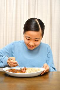カレーライスを食べる女の子の写真素材 [FYI03457946]