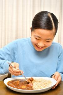 カレーライスを食べる女の子の写真素材 [FYI03457947]