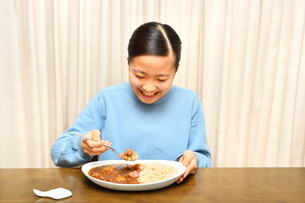 カレーライスを食べる女の子の写真素材 [FYI03457948]