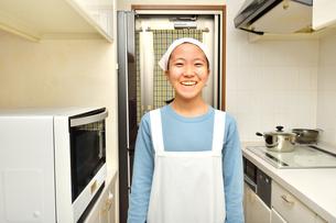 キッチンで笑う女の子の写真素材 [FYI03457954]