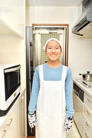 キッチンで笑う女の子の写真素材 [FYI03457956]