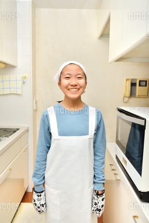 キッチンで笑う女の子の写真素材 [FYI03457958]