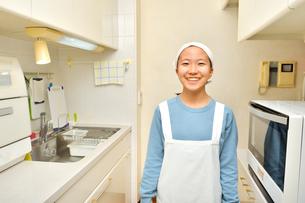 キッチンで笑う女の子の写真素材 [FYI03457959]