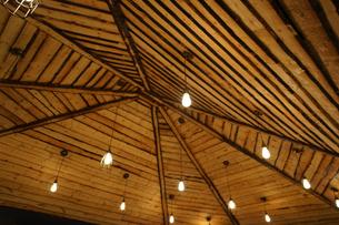 木造の屋根のイメージの写真素材 [FYI03458023]
