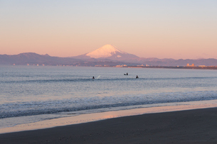 湘南の砂浜で撮影、富士山が見える海沿いの風景の写真素材 [FYI03458045]