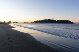 朝焼けと湘南の海沿いの景色の写真素材 [FYI03458057]