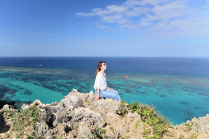 宮古島/四角点イグアナ岩の若い女性の写真素材 [FYI03458211]