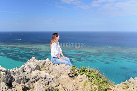 宮古島/四角点イグアナ岩の若い女性の写真素材 [FYI03458212]