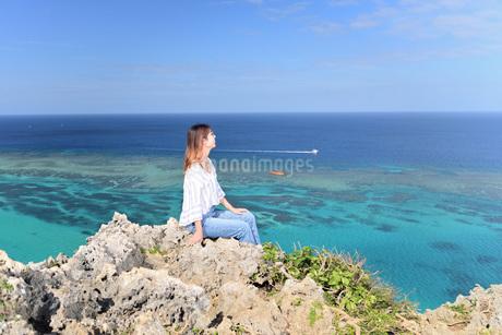 宮古島/四角点イグアナ岩の若い女性の写真素材 [FYI03458213]