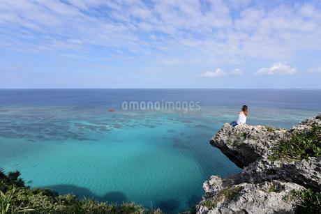 宮古島/四角点イグアナ岩の若い女性の写真素材 [FYI03458216]
