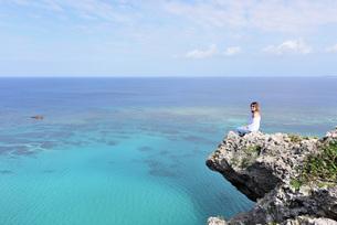 宮古島/四角点イグアナ岩の若い女性の写真素材 [FYI03458218]