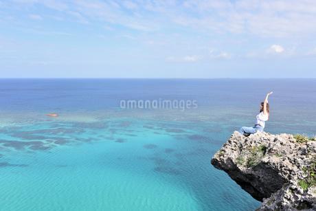 宮古島/四角点イグアナ岩の若い女性の写真素材 [FYI03458219]