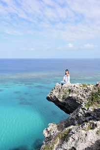 宮古島/四角点イグアナ岩の若い女性の写真素材 [FYI03458220]