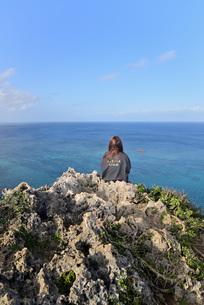 宮古島/四角点イグアナ岩の若い女性の写真素材 [FYI03458268]