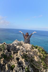 宮古島/伊良部島の海岸でポートレート撮影の写真素材 [FYI03458269]